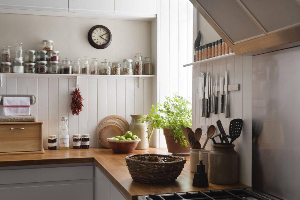 استفاده از گلدان در تزیین آشپزخانه